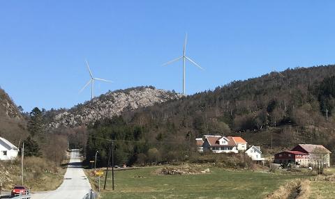 FRA KVANVIK: Illustrasjonen viser at fire turbiner (200 meters høyde) blir helt eller delvis synlige fra Kvanvik. Nærmeste turbin står ca. 2,0 km unna. Foto: Kyle Brennan, Meventus AS, Visualisering: Anne H. Simonsen, Meventus AS