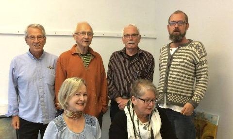 Desse målarane stiller ut bilde på Galleri Oddleiv. Frå venstre bak: Per Morten Sandø, Inge Gausdal, Oddleiv Hindenes og Cato Johannesen Nordhal. Framme frå venstre: Toril Storebø og Else Gaustad.