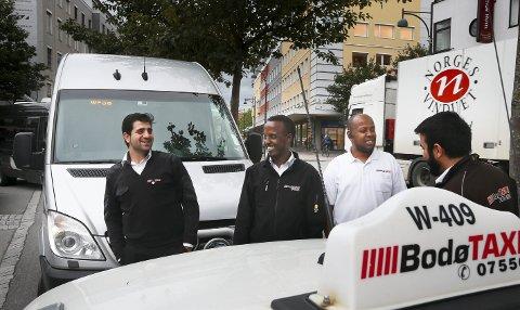 1 Kjapp prat: Abdi Asis Mohamud Hussein (nr. 2 fra venstre) er mye sammen med blant andre sjåførkameratene Atiqullah Safi (t. v), Yasin Ali Sadiq og Nasratullah Safi. De møtes til en kjapp prat mens de venter på tur. 2 Drømmen: ABdAsis har som mål å bli drosjeeier en dag. – Jeg tror jeg klarer det. Inshallah. 3 Elsker Bodø: – Jeg elsker Bodø. Det er her jeg føler meg hjemme. Her er rolig og folk er vennlige, sier Abdi Asis Mohamud Hussein.