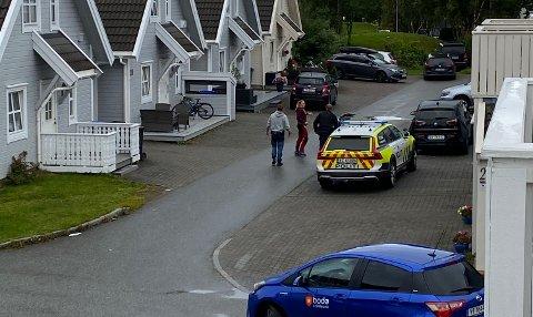 Politiet fant råkjøreren i dette området. Og startet søk umiddelbart etter mannen som stakk til fots.