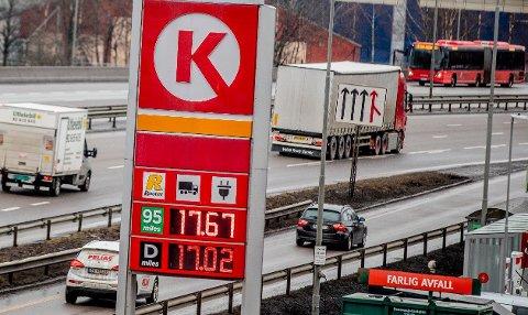KLIMATILTAK: Økt CO2-avgift vil bety dyrere besin og diesel, men Støre-regjeringen mener det totale avgiftstrykket for bilistene ikke skal øke.
