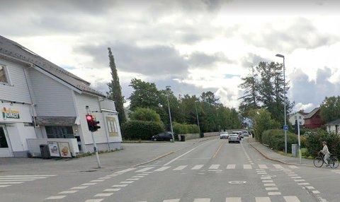 Det var i Kirkeveien i Bodø mannen ble stanset. Han nektet for å ha holdt mobiltelefonen.