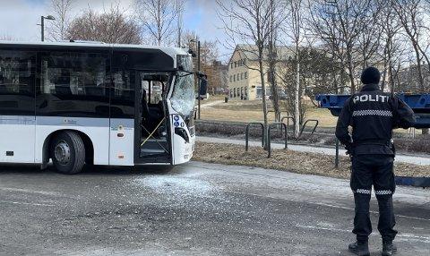 Bussen fikk betydelige skader etter sammenstøtet.