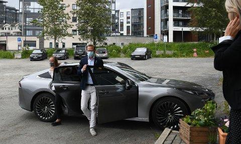 Kommunal- og moderniseringsminister Nikolai Astrup (H) ankom Kraft i hydrogenelektrisk bil.