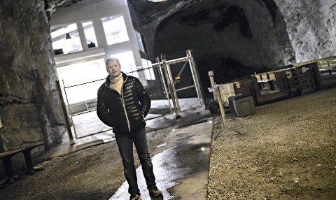 Daglig leder i Troll Housing, Lars Naas, foran datasenteret som ligger 600 meter inne i fjellet. Det er Istad kraft som leverer kraftforsyninga, mens Riks.no og NEAS er samarbeidspartnere og leverer fiberløsningene til Troll Housing sitt datasenter.