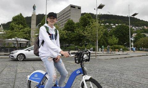 Fornøyd: Tobias Bjørnestad (15) vil gjerne bruke bysykkel jevnlig.  FOTO: KASPAR KNUDSEN