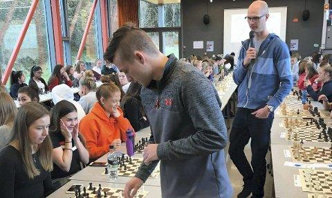 Mens de 160 motstanderne hadde god tid til å tenke, måtte Joachim B. Nilsen gå fra bord til bord for å gjøre sine trekk. Det endte likevel med seier i alle partiene.