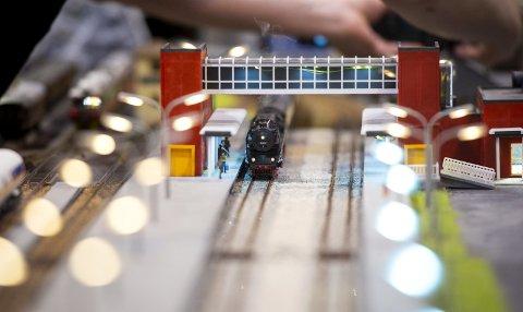 Togene og stasjonene er ganske naturtro bygget.