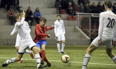 Elsker fotball: Niklas Jensen Wassberg (rød) har alltid spilt mye fotball. I dag spiller han fotball nesten hver eneste dag. – Det er helt fantastisk å ha ballen og jobbe for laget. Jeg får gode venner med å spille fotball, spiller med vennene og holder meg i form. Jeg bare elsker fotball, sier 15-åringen.