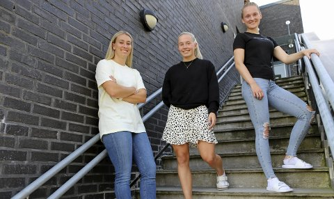 Katarina Sunde (t.v.), Thea Bjelde og Camilla Ervik (t.h.) må begrense antall nærkontakter.