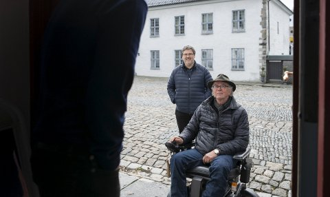 Rullestolbruker Arve J. Nilsen er invitert på fest i Håkonshallen. Han kommer hit, men ikke lenger. Det staselige bygget er ikke tilpasset funksjonshemmede. Nå skal det brukes flere titalls millioner for å gjøre noe med problemet. Bak Nilsen står Statsbyggs prosjektleder for ombyggingen, Sverre Melvær Øgaard.