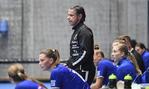 Sviktet: Trener Tore Johannessen måtte se spillerne sine svikte totalt mot Aker.  Arkivfoto: Rune JOHANSEN