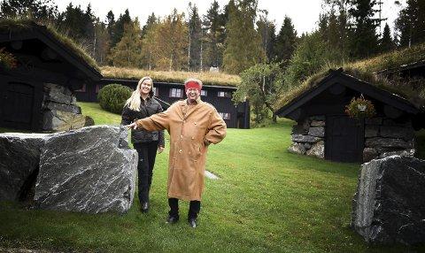 17 HUS: Alle husene på Nedre Kleiv gård i Eggedal er bygd i samme stil og materialer. Harald Juvet (74) har bygd opp tunet og gården gjennom en lang mannsalder. Datteren Oda Sarine (25) har samme sans for estetikk, arkitektur og kvalitet. Hun er glad for å kunne føre arven videre.