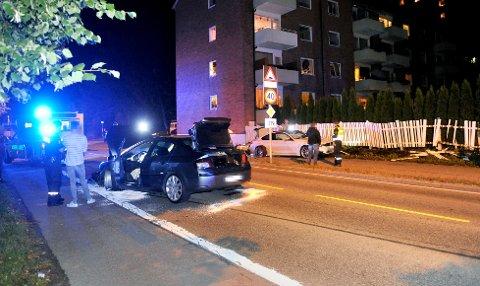 FORBIKJØRING: Det gikk galt da en av disse bilene prøvde å kjøre forbi den andre i Havnegata natt til tirsdag.