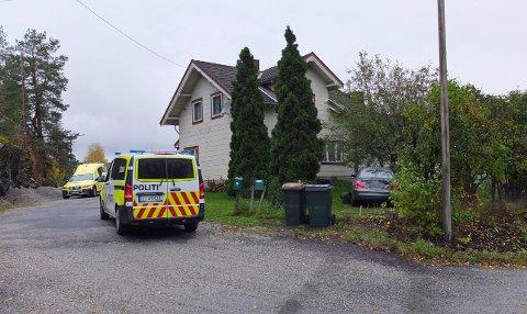 BILTUREN ENDTE I EN HAGE: Lørdag ettermiddag kjørte en bil ut av veien og inn i en hage i Vestfossen.