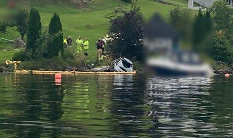En bil havnet i Eikeren i Vestfossen søndag.