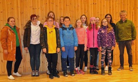 HJEMME IGJEN: Noen av elevene hadde samlet seg i aulaen på Honningsvåg skole for å snakke om turen til Kargopol med en av turlederne, Per-Inge Jensen.