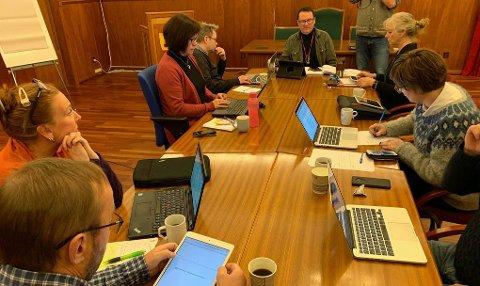 RÅDHUSSALEN: Formannskapet i Nordkapp kommune. Bildet er fra en tidligere anledning.