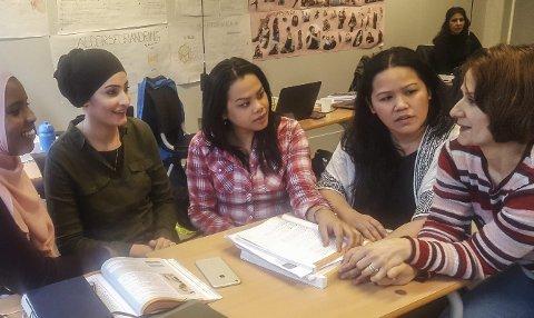 Aseel Osama Shadeh (nr. 2 frå venstre) trives godt i helsefag-klassen sin. Her saman med Michelle Ann, Sahra Awale, Leila Naziri og Mahjo-Ann Lopez. Foto:  Esa Kano