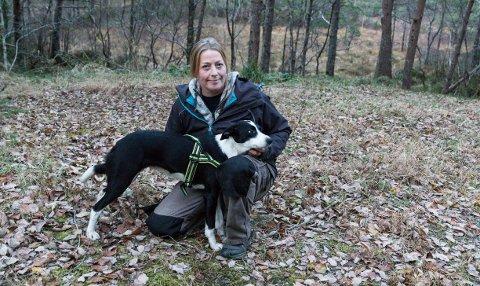 Solveig Maria Fosse og hunden Tika leitar etter Turbo.