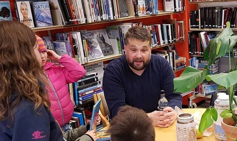BESØK: Ordførar i Gloppen, Leifulf Gloppestad på Byrkjelo bibliotek.