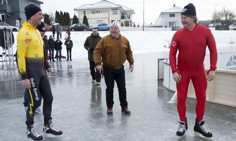 HISTORISKE DUELLANTER: Tommy Skaarberg (til venstre) og Ørjan Løvdal stilte til duell i februar. I bakgrunn konferansier Pål Nielsen med startpistol. Foto: Vidar Henriksen