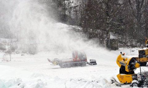 Lager kunstsnø: Fredrikstad Skiklubb har allerede skaffet seg erfaring med å lage kunstsnø. To år gammelt bilde fra området der skianlegget er planlagt. Arkivfoto: Trond Thorvaldsen