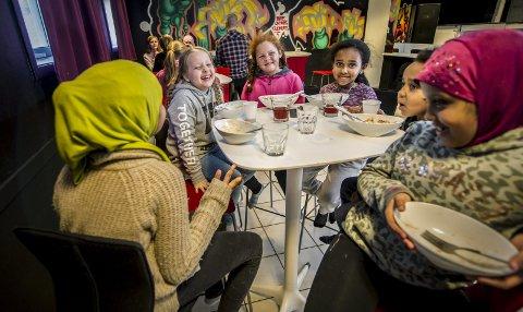 MYE MORO: Barna på klubben på Lisleby koser seg på «Etter Skoletide». Her koser Ramlo (f.v.), Selin, Djami, Betiel, Jonas og Nadia seg med maten de får servert.