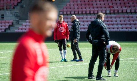 Lar seg ikke stresse: Per-Mathis Høgmo og FFK-troppen bryr seg lite om hva de andre rivalene gjør i serieinnspurten. - Det viktigste er oss selv, sier Høgmo. (Foto: Erik Hagen)