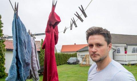 GREIT ELLER IKKE? Alija Alajbegovic og foreldrene vasker og henger opp klær når det er fridager, om det er da været er fint og de har tid. Det har han fått reaksjoner på, og har spurt seg hva andre mener om saken.