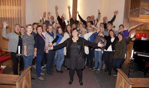 Synger i skjomen: Ankenes blandakor med sin dirigent inviterer til mørketidskonsert i Skjomen samfunnshus torsdag kveld.