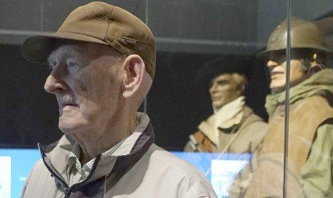 VETERAN: Ivan Vanje (99) sa seg veldig fornøyd med hvordan krigshistorien nå blir fortalt. Her foran velkjente skikkelser; en polsk og en fransk soldat fra felttoget i 1940. – Jeg håper dette gjør noen litt klokere, sa han.