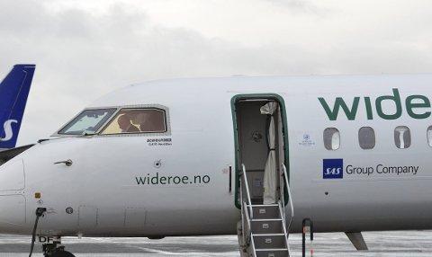 SVEVENDE: Selv om Nordland fylkeskommune har vedtatt at det skal være buss til hver landing og avgang på Evenes, er det usikkert hva som blir resultatet. Kravet kan i verste fall føre til at det ikke blir noen bussforbindelse fra nyttår, For operatøren, Boreal, må tjene penger. Foto: Arkiv