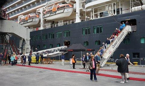 Nesten 2000 passasjerer skal gå av skipet via disse to landgangene. Det tar sin tid.