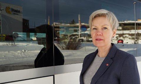 INGEN «SYTER»:: Åsunn Lyngedal, her på bussterminalen i Narvik, etterlyser en større forståelse for betydningen flyet har i kollektivtrafikken. Nærmest som distriktenes busser.