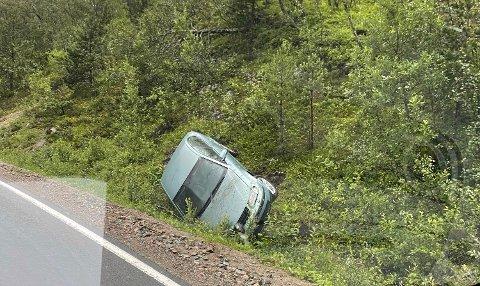 I GRØFTA: Her ligger bilen i grøfta etter utforkjøringen mandag morgen.