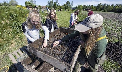 I VIKINGTIDA: Barna kan prøve seg som arkeologer. Her sammen med Kari Helland.