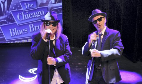 INVITERER: Hilde Wivstad og Gunnar Hofsøy i flullt Blues Brothers-utstyr. De inviterer til musikkfest i Oktober med The Chicago Blues Band and The Sisters of Soul.