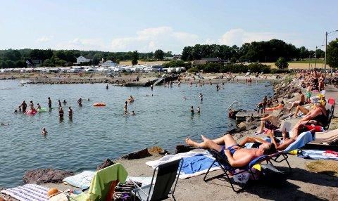 GODVÆR: Det er fortsatt god grunn til å nyte sommeren på stranda. (Bildet er tatt noen år tilbake).