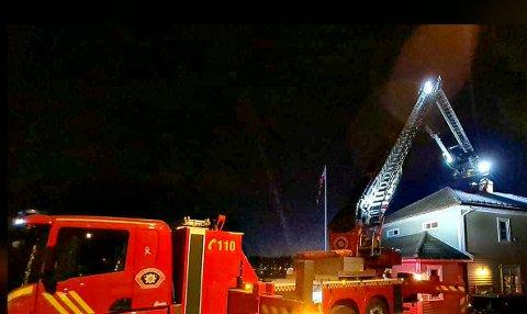 PIPA:  Står det flammer ut over taket er det ikke noe å lure på, da ringer du 110 og melder pipebrann.