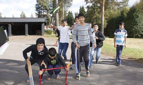 HJERTEROM: 70 unge mellom 15 og 18 år har et midlertidig hjem på Haslemoen. Nå kommer 30 til. De fleste fra Afghanistan, som disse guttene som lekte seg i går. 1. september bodde 250          enslige asylsøkere under 15 år i omsorgssentre. Disse har fått oppholdstillatelse og venter på å få en fosterfamilie. bilder: BRITT ELLEN NEGÅRD