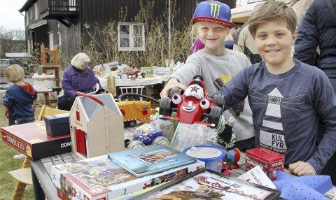 LEKENDE: Jakob Kvittum Konterud (t.v.) og Alvin Stampen Nesholen var de yngste samlerne, og de fikk avsetning på gamle leker. En bærepose med små biler ga et kjærkomment tilskudd til ukepengene.