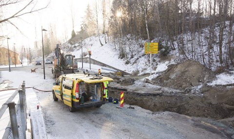 VANNLEKKASJE: Det var en større lekkasje i vannrøret under veien som førte til at Glommengata ble stengt like ved gamlebrua sist vinter. ARKIVFOTO: KJELL R. HERMANSEN
