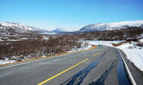 Lett å frese opp vegen over Valdresflye i år. Vårt bilde er frå Vargebakken mot øvre Sjodalen, tatt sist måndag før vegen var oppbrøytt.