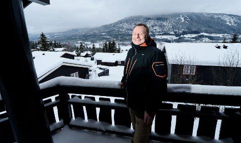 TRIVES I HAFJELL: Lars Møller i sin egen hytte i Sørlia i Hafjell. Den leies fortsatt ut. – Det er naturlig for oss dansker å leie ut hytta, sier han.