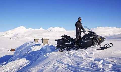 SNØREKORD: Under snøscooteren til Råmund Mundhjeld ligger Sognefjellshytta med sine 84 sengeplasser.
