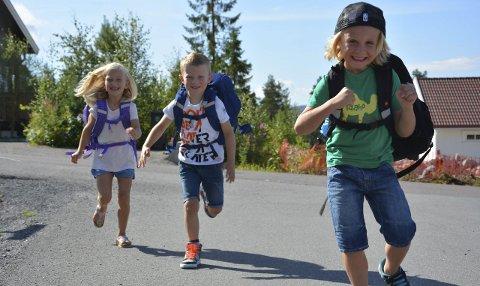 Skolestart: Sammen med 42 andre barn starter Anna Karoline, Even og Noa i 1. klasse ved Harestua skole i dag.
