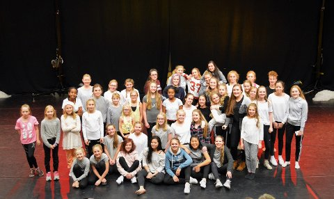 LØRDAG: Alle danserne ved Good Vibe Dansestudio samlet på scenen, klare for neste akt.