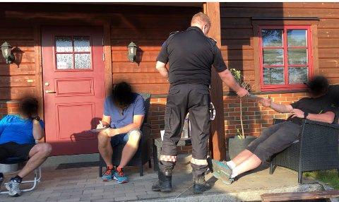 Her deler brannsjef Bjørn Stolt ut nye suspensasjoner de tre brannmennene.