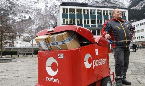 Full tralle: Torsdag gikk postbud og plasstillitsvalgt ved Hardanger distribusjon Vidar Solvi på runden sin med en tralle full av pakker.  – Slik postmengder er i dag er det vanskelig å se for seg post bare annenhver dag, mener Solvi.